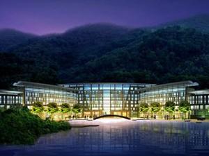 酒店位于天目湖风景区的一个私密半岛上, 距离天目湖仅仅20米之遥,。度假村占地2.41平方公里、含纳涵田酒店、别墅酒店、飞行俱乐部、健康中心、Spa会所、高尔夫练习场等22种度假功能。涵田酒店是度假村的核心,按照白金五星标准筹建,是一座以湖为灵感、展示独特湖区景观特色的赏景酒店。酒店配有411间豪华客房及诸多度假休闲设施。每间房间均配有观景阳台,一览群山,烟波浩渺.