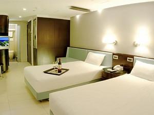 显示门铃、温度控制、场景面板、SOS 求救按钮 说明:普通的智能客房系统往往只做到对灯光和用电插座的控制,Nico 智能客房系统是对 整个酒店环境的控制和管理,强调集成和管理的概念。