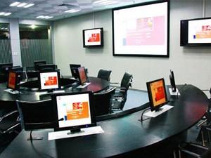 ① 进入会议室,红外感应器工作,基本灯光会自动亮起,联动打开空调系统;会议室无人, 一段时间后自动关闭灯光和空调。   ② 在会议室入口和主席台位置各安装 1 个触摸多场景面板,预设多个场景会议室灯光,根 据不同的使用场合,设置多个场景模式,如:准备、会议、放映、讨论、休息、离开等。   ③ 场景联动控制会议室的电动窗帘 和投影仪。