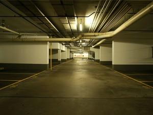 hs888.com智能照明控制系统在车库中的应用   1、荧光灯调光及感应控制方案   车库中大面积采用荧光灯进行照明。由于面积大、使用照明时间长,长期以来,车库的照明有效管理成为建筑节能的关键。hs888.com智能照明控制系统针对大面积使用荧光灯的场所,专门研发了荧光灯调光系统,通过荧光灯调光模块发送的1—10V信号,配合1—10V可调光电子镇流器,对荧光灯进行调光控制,不但有效解决了车库照明的管理难题,更充分利用现代通信技术对整个楼宇的地下停车场进行集中监控。 2、开关模块定时及感应控制方案  ......