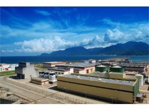 大亚湾核电站(Daya Bay Nuclear Power Plant)位于中国广东省深圳市龙岗区大鹏半岛(北纬22°59′42.19″,东经114°54′74.01″)离香港尖沙咀直线距离51公里 ,由广东核电投资有限公司和香港核电投资有限公司合资建设与运营,隶属于中国广东核电集团,拥有两台百万千瓦级压水堆机组,所生产电力70%供应香港,30%供应广东大亚湾核电站从1987年开工建设 ,于1994年5月6日正式投入商业运行,此后,在大亚湾核电站之侧又建设了岭澳核电站,两者共同组成一个大型核电基地。大亚湾