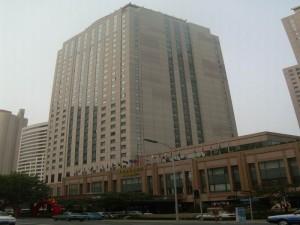 大连香格里拉大酒店在大连这一中国最现代化的城市之一,凭借舒适的环境及殷勤的服务,成为当地酒店的标杆。酒店拥有出色的餐厅、先进的商务及会议中心。酒店位于市区,位置优越,客人可享受豪华的环境、方便的地理位置和设施及香格里拉殷勤的服务,为品味独到的商务及休闲旅客提供屡获殊荣的五星级舒适环境及服务。大连香格里拉大酒店属于香格里拉集团管理,客房面积大,装修豪华,1997年开业,2006年装修,为五星级酒店。酒店位于大连中山区人民路66号,周围有中山广场,友好广场,海之韵广场。
